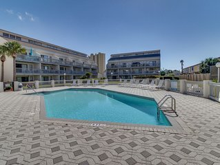 Oceanview escape with access to a shared pool & hot tubs - a prime location!