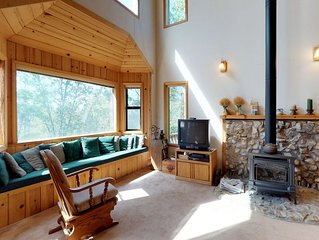 Dog-friendly mountain cabin with gas log fireplace near skiing