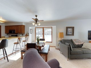 Cozy condo by the lake w/ a shared pool - near skiing & downtown McCall