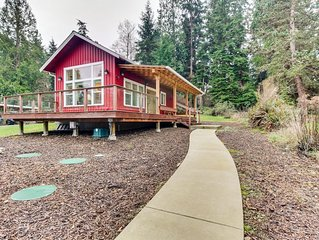 Eco-friendly tiny home w/wrap-around deck, garden, private beach & lovely views!