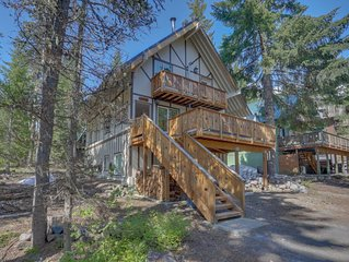 Stylish duplex-style cabin w/free WiFi, private hot tub, and grill!