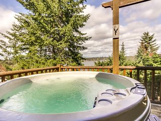Spacious home w/ private hot tub near the lake, town, and amusement park