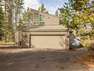 Pool Table, 2 Decks, Chef's Kitchen, 3,000 sq ft in Sunriver, Hot Tub- DIXI04