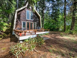 Cozy cabin w/ private hot tub near creek, skiing, Leavenworth dining, and more!