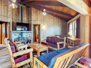 Whimsical dog-friendly cabin w/free WiFi, cable & close to Yosemite