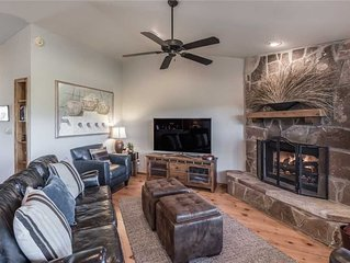 CenterView, 2 Bedrooms, Sleeps 6, Hot Tub, Gas Fireplace, Large TV