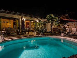 Maison en bois, piscine chauffée et spa, proche lacs et océan.