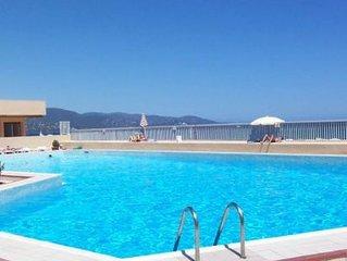 Bel appartement climatise vue mer avec piscine et parking , la plage a 2 pas !