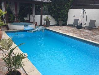 Belle villa au calme avec piscine et bain à remous privés