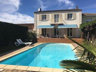 Jolie maison de style avec terrasse donnant sur grande piscine