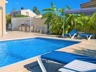 Plages à 500 m, Villa climatisée, piscine privée/chauffée, jardin clôturé et BBQ