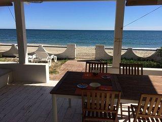 Joli bungalow face à la mer avec grande terrasse extérieure ombragée