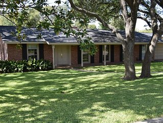 CENTRALLY LOCATED - Charming 4 BR, 3 bath, pool, 7-per Jacuzzi close to airport