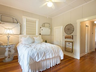 ��Walk to Main! Luxury vintage cottage, fast WiFi, bachelorette/girls weekend