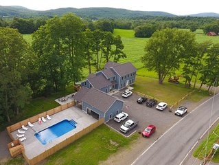 Look No Further. 2 1/2 miles from the Park. Room for the Whole Team. Heated Pool.