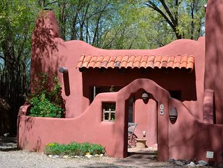 Classic adobe home one quarter mile from Taos Plaza/hot tub