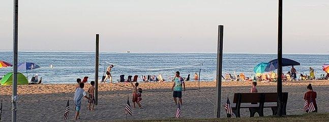 Détendez-vous et détendez-vous sur la plage privée en bas de la rue