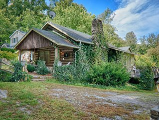 'Turn of the Century' Log Cabin, Close to Town, Hot Tub, Firepit, WiFi, Pets OK