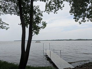 Beautiful Lakehouse directly on the water on Lake Koshkonong