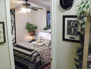 Queen Bed, Private  Bath, Tiger Room  - easy to Death Valley/Las Vegas & Clean!