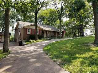 Quiet neighborhood, comfortable apartment, 10 miles from downtown Nashville