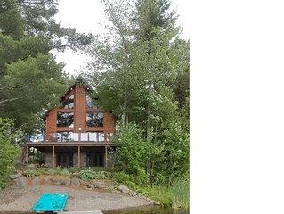 Chalet de bois rond de 5 chambres au bord de l'eau a Magog, Quebec, Canada