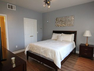 Lovely Spacious 2 Bedroom Condo- Easy Access to Strip!