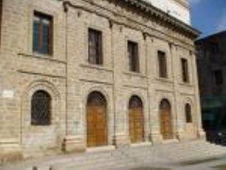 Dimora tipica nel centro storico di Alghero , in una delle piazze più' caratteri