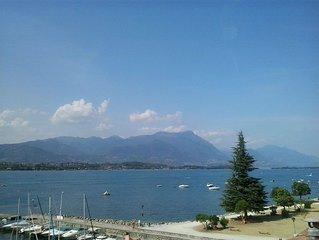 Ampio bilocale fronte lago, con splendida vista panoramica