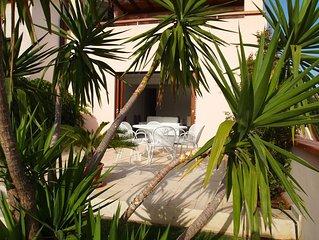 Elegante abitazione estiva all'ombra di un secolare carrubo