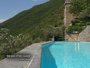 30 minutes de la mer, avec jardin, dans un petit village pietonnier avec piscine