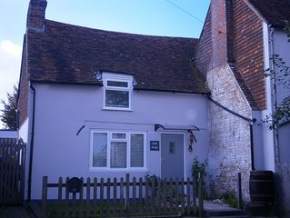 Cozy cottage, wood burner, private courtyard, parking, restaurant and pubs 500m.