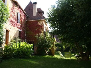 Maison périgourdine en pierre avec jardin dans village calme du périgord noir