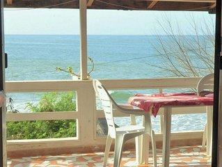 Cabano Alberte : grande terrasse face a la plage, pension