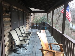 Highlands cabin, easy walk to downtown, less than .5 mile. Great place to relax!