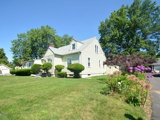 Beautiful Cape in Rochester Suburb 6 minutes to UofR, Airport, Curling Club
