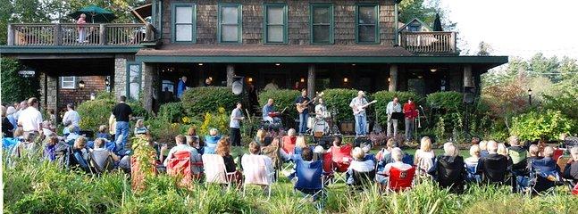 Musique sur la pelouse - un pâté de maisons de la maison