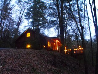 * Mystic Mountain Hideaway* Fireplace, Hot Tub, Private LOG Cabin, Romantic WIFI