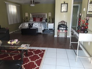 Studio, sleeps 5. In the  center of Tarpon Springs, sponge docks, walk to shops!