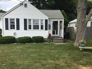 Cozy Beach Cottage in Westbrook, CT, a short walk to West Beach