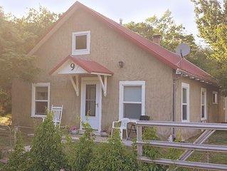 Plum Street Cottage - Est. 1890 - Quiet Family Getaway - Arkansas River