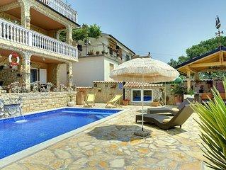 Dachgeschosswohnung nur 300 Meter bis zum Sandstrand mit Pool, Küche, Klima, WLA