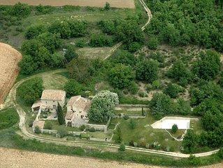 Maison de charme du XVIIIème, au calme avec piscine face au Luberon