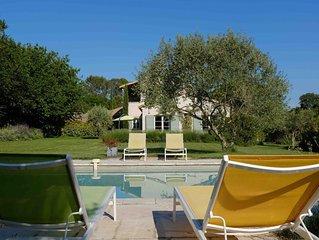En pleine campagne, mais à 650 m du centre d'Uzès, luxueuse villa avec piscine