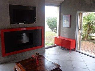 Salon avec cheminée, accès jardin.