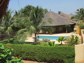 Jolie Maison avec piscine privée, grand jardin arboré sécurisé et parking privé