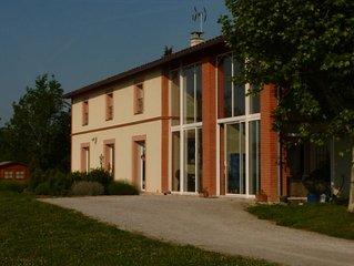 A deux pas de Toulouse mais dans la nature, au calme. Piscine, clim, plancha...