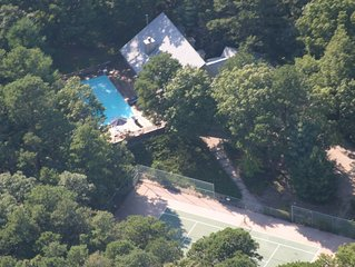 East Hampton Compound w' Tennis, Basketball, Heated Pool, Hot Tub & 7 Bicycles