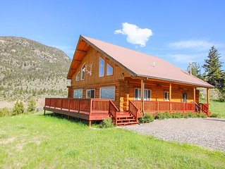 Spacious Log Home 15 min north of Yellowstone Park. Sleeps 12, wrap around deck!
