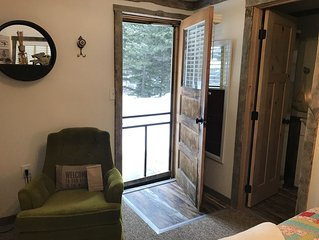 One room cozy  cabin on the Gallatin River Sleeps 2